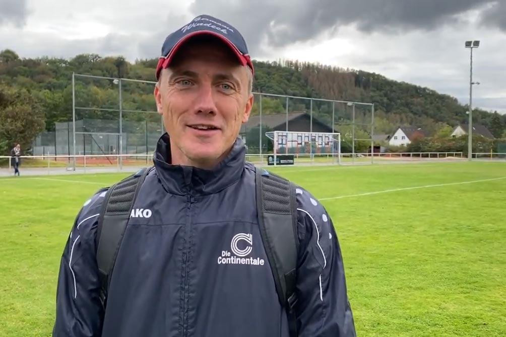 Ein zufriedener Trainer Marcus Voike nach dem deutlichen 4:0 Heimsieg gegen den FV Wiehl